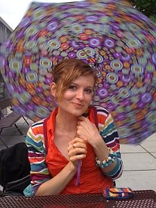 Ola mit Regenschirm